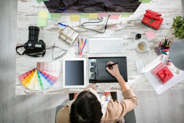 womandesignerworkingonthepentable.